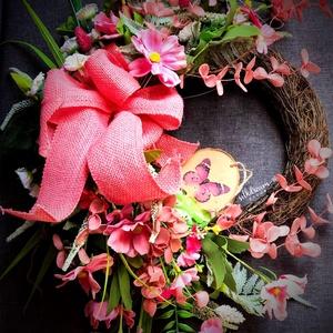 Tavaszi rózsaszín kopogtató ajtódísz koszorú virágdísz, Otthon & Lakás, Dekoráció, Ajtódísz & Kopogtató, Virágkötés, Különleges formájú, selyemvirágokkal, szalaggal és táblácskával díszített vessző alapú koszorú, mely..., Meska