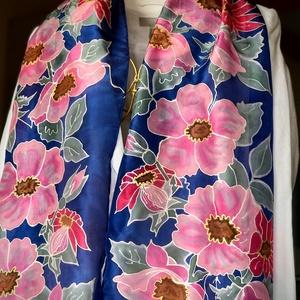 Tavaszi rózsaszín virágos selyemsál , Ruha & Divat, Sál, Sapka, Kendő, Sál, Selyemfestés, Elegáns, egyedi kézzel festett királykék alapon rózsaszín virágokkal díszített selyemsál gyönyörű ki..., Meska