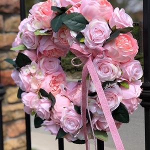 Romantikus vintage pünkösdi rózsás kopogtató ajtódísz (40cm), Otthon & Lakás, Dekoráció, Ajtódísz & Kopogtató, Virágkötés, Tavaszi ajtódísz a rózsaszín, romantikus és vintage kedvelőknek selyemvirágokból, így sok évig díszí..., Meska