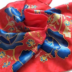 Kézzel festett piros alapú selyemkendő sál, Ruha & Divat, Sál, Sapka, Kendő, Kendő, Selyemfestés, Elegáns egyedi kézzel festett piros alapon kék virágokkal gazdagon díszített valódi selyemre festett..., Meska
