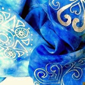 Életöröm selyemsál, Táska, Divat & Szépség, Egyéb, Selyemfestés, anyaga: 100% selyem\nmérete: 40*150 cm\nGyönyörű kék árnyalatú selyemsál.\nKét szimbólum motívumot rajz..., Meska