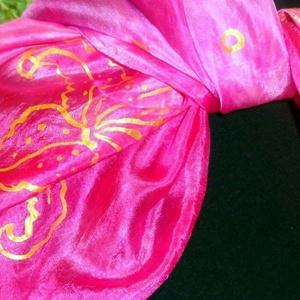 Pink selyemkendő hibiszkus virág mtívummal, Táska, Divat & Szépség, Sál, sapka, kesztyű, Ruha, divat, Kendő, Selyemfestés, Festett tárgyak, mérete: 74*74,90*90, 150*40 válaszható\n\nszínvilága:  pink árnyalatai  \n\nArany színű kontúrral rajzol..., Meska