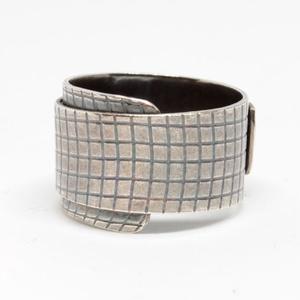 Kígyóbőr ezüst gyűrű, Ékszer, Gyűrű, Statement gyűrű, Ötvös, Ékszerkészítés, Belül szélesebb, kívül elkeskenyedő hajlított, hálómintás gyűrű. Antikolt.\n\nAnyaga: 925 sterling ezü..., Meska