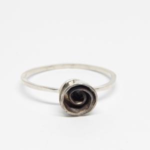 Lonely Rose ezüst gyűrű, Ékszer, Gyűrű, Vékony gyűrű, Ötvös, Finom vékony gyűrű, magányos antikolt rózsával. Vajon megtalálja párját?\n\n925-ös sterling ezüstből k..., Meska