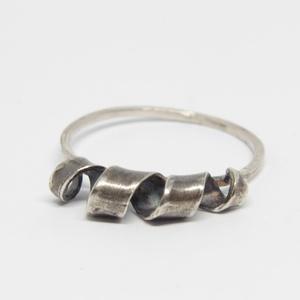 Dizzy Spiral ezüst gyűrű, Ékszer, Gyűrű, Vékony gyűrű, Ötvös, Finom vékony gyűrű, antikolt spirálszalaggal.\n\nAnyaga: sterling ezüst.\n\nGyűrűméret: 52\n\nA gyűrűt más..., Meska