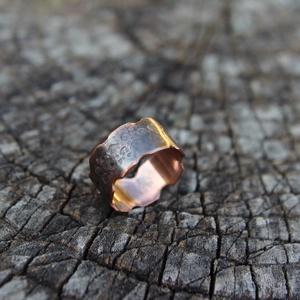 Rusztikus vörösréz gyűrű, Ékszer, Gyűrű, Kerek gyűrű, Ötvös, Szabálytalan formájú vörösréz gyűrű. Középen  kalapált. Antikolt.\n\nAnyaga: vörösréz\nMéret: 53\nSzéles..., Meska