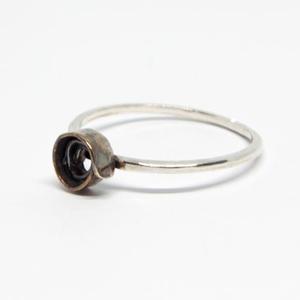 Doodle Rose ezüst gyűrű, Ékszer, Gyűrű, Vékony gyűrű, Ötvös, Ékszerkészítés, Finom vékony gyűrű, kis antikolt virággal. \n\nSterling ezüstből készült.\n\nGyűrűméret: 51,5\n\nA virág á..., Meska