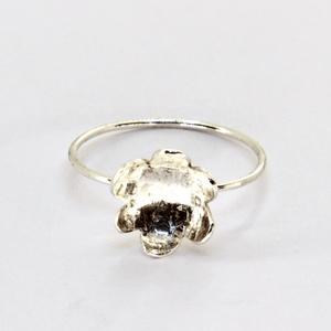 Daisy ezüst gyűrű, Ékszer, Gyűrű, Vékony gyűrű, Ötvös, Ékszerkészítés, A Daisy Trió egyik tagja egyedül is! Finom vékony gyűrű, szép kis virággal. A virág belül nyomott mi..., Meska