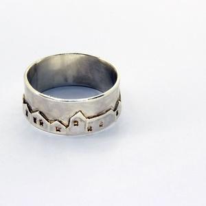 Kisváros ezüst gyűrű, Ékszer, Gyűrű, Kerek gyűrű, Ötvös, Mesebeli kisvárost ábrázol ez a gyűrű. Kisebb nagyobb házak sorakoznak rajta, pici hívogató ablakokk..., Meska