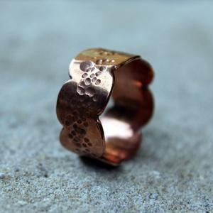 Rusztikus vörösréz gyűrű, Ékszer, Gyűrű, Kerek gyűrű, Ötvös, Szép hullámos szélű, középen kalapált vörösréz gyűrű. \nAnyaga: vörösréz, kívánságra antikolom.\n\nMére..., Meska