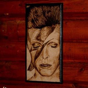 David Bowie portré fába égetve, Művészet, Portré & Karikatúra, Portré, Fotó, grafika, rajz, illusztráció, Gravírozás, pirográfia, Pirográf technikával készült,fába égetett portré.,nem gépi gravirozás.\nMérete:14x28\nRemek ajándék ra..., Meska