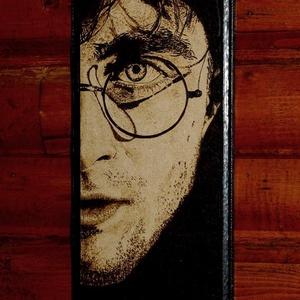 Harry Potter portré, Otthon & Lakás, Dekoráció, Kép & Falikép, Mindenmás, Famegmunkálás, 14x28cm fa lapra égettem a képet,pirográf technikával.\nKérésedre más portrét is el tudok készíteni.\n..., Meska