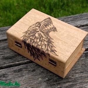 Trónok Harca könyves doboz Stark ház, Otthon & lakás, Dekoráció, Férfiaknak, Lakberendezés, Utcatábla, névtábla, Famegmunkálás, Mindenmás, Mérete:15x5X10X6cm\n\nKézzel égetett,Game of Thrones Stark ház mintával díszített fa doboz,amit  pirog..., Meska