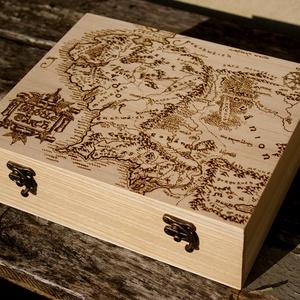 Gyűrűk ura doboz...teás doboz, Otthon & Lakás, Tárolás & Rendszerezés, Doboz, Famegmunkálás, Mindenmás, Méret 25,7X20,7X7,5cm\n\nKézzel készült,a fába égetett gyűrűk ura térképe mintával.Belül rekeszes kivi..., Meska