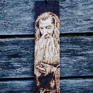 Gyűrűk ura -Gandalf könyvjelző, Férfiaknak, Otthon & lakás, Képzőművészet, Gravírozás, pirográfia, Fa könyvjelző,kézzel égetett motívummal.Mérete:19x5cm\nRemek ajándék rajongóknak,igazán egyedi,örök d..., Meska