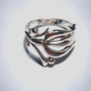 Magyar mintás ezüst gyűrű, Ékszer, Gyűrű, Figurális gyűrű, Ékszerkészítés, Ötvös, Kalocsai mintás gyűrű.A gömbökbe tudok egy-egy Swarvski követ tenni.Mérete 56-os,más méretben is kér..., Meska