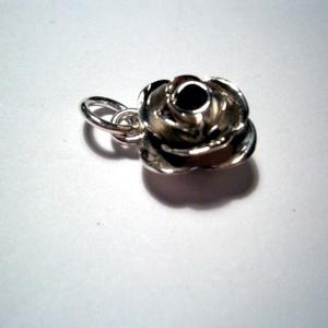 Nagy rózsa medál, Medál, Nyaklánc, Ékszer, Ékszerkészítés, Ötvös, 1 cm-es a rózsából készítettem medált is.Fényes és antikolt változatban rendelhető.Közepébe lehet eg..., Meska