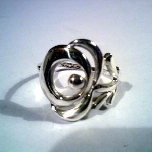 Kalocsai virágos gyűrű(1) , Ékszer, Gyűrű, Magyar motívumokkal, Táska, Divat & Szépség, Esküvő, Ékszerkészítés, Ötvös, Kalocsai hímzésmintákról lestem el ezt a virágmintát.925-ös ezüstből készül.Fémjelzett.Mérete 57-es,..., Meska