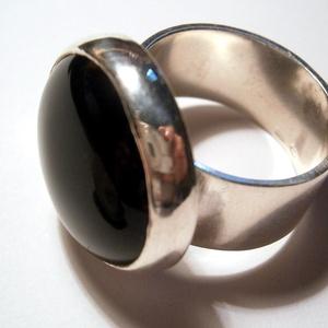 Ónix köves ezüst gűrű, Statement gyűrű, Gyűrű, Ékszer, Ékszerkészítés, Ötvös, 20mm-es fekete kaboson ónix kőhöz készítettem a zárt foglalatot .Ezt egy szélesebb gyűrűsínre forras..., Meska