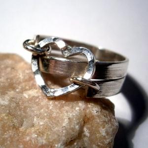 Szivecskés gyűrű ezüstből, Ékszer, Gyűrű, Ékszerkészítés, Ötvös, Lapos ezüst lemez szalagból hajlítottam spirált a sínnek.Végeit kifúrtam.Majd egy szív formát készít..., Meska