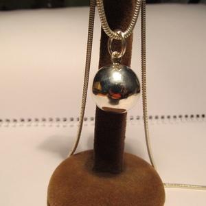 Ezüst gömb medál, Ékszer, Medál, Ékszerkészítés, Ötvös, 17mm-es a gömb átmérője.925-ös ezüstből készült ,fémjelzett ékszer.Lánc nincs az árban,\n..., Meska