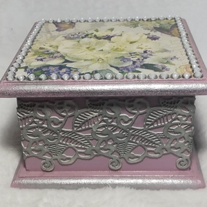 Strasszos ékszer doboz, Otthon & Lakás, Dekoráció, Díszdoboz, Decoupage, transzfer és szalvétatechnika, Decoupage technikával készült lila, fehér ékszeres doboz. A tetejét strasszokkal díszítettem, az old..., Meska