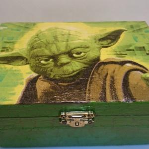 Ajándékdoboz Yoda, Egyéb, Decoupage, transzfer és szalvétatechnika, Star Wars rajongónak kiváló ajándék lehet, ez a díszdoboz, melyet dekupázs technikával készítettem. ..., Meska