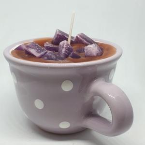 Áfonyás muffin gyertya bögrében, Gyertya & Gyertyatartó, Dekoráció, Otthon & Lakás, Gyertya-, mécseskészítés, Áfonyás muffin illatú gyertya,lila-fehér, pöttyös,majolika bögrébe öntve, angol illatolajjal készítv..., Meska