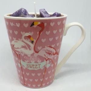Áfonyás muffin gyertya bögrében, Otthon & lakás, Dekoráció, Lakberendezés, Gyertya, mécses, gyertyatartó, Gyertya-, mécseskészítés, Áfonyás muffin illatú gyertya,flamingós bögrébe öntve, angol illatolajjal készítve. A bögre magasság..., Meska