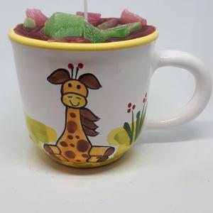 Eper-guava gyertya bögrében, Otthon & lakás, Dekoráció, Lakberendezés, Gyertya, mécses, gyertyatartó, Gyertya-, mécseskészítés, Eper-guava illatú gyertya, kézműves bögrébe öntve,  illatolajjal készítve. A bögre magassága 8 cm, l..., Meska