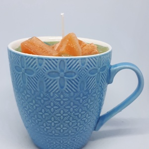 Dán fűszeres narancs gyertya bögrében, Otthon & lakás, Dekoráció, Lakberendezés, Gyertya, mécses, gyertyatartó, Gyertya-, mécseskészítés, Dán fűszeres narancs illatú gyertya,kék, nyomott mintás bögrébe öntve,  illatolajjal készítve. A bög..., Meska