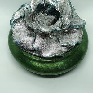 Ezüst rózsás gyertya, Gyertya & Gyertyatartó, Dekoráció, Otthon & Lakás, Gyertya-, mécseskészítés, Kézzel öntött,kézzel,gyertyafestékkel festett rózsás gyertya,kézzel öntött,kézzel festett beton aljz..., Meska