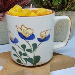 Almás-citromos pite gyertya bögrében, Otthon & Lakás, Dekoráció, Gyertya & Gyertyatartó, Gyertya-, mécseskészítés, Almás-citromos pite illatú gyertya,virágos bögrébe öntve, angol illatolajjal készítve. A bögre magas..., Meska