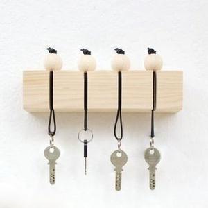 """Fali kulcstartó \""""Träkula\"""", Otthon & lakás, Bútor, Lakberendezés, Tárolóeszköz, Polc, Famegmunkálás, Skandináv stílusú fagolyós fali kulcstartó. A szett tartalmazza a fali tartó(180mmx40x40) hátulján 2..., Meska"""