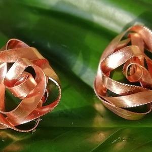 Bíbor fülbevaló vörösrézből, Ékszer, Fülbevaló, Klipsz, Ékszerkészítés, A rózsa mintázatú Bíbor fülbevaló a sok-sok hajlításnak és a gravírozásnak köszönhetően szépen csill..., Meska