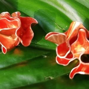 Virág fülbevaló vörösrézből, Ékszer, Fülbevaló, Klipsz, Ékszerkészítés, A virágot mintázó fülbevaló nagy kedvencem. A minden irányból virágnak látszó rézvirág a sok hajlítá..., Meska