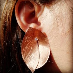 Liliana fülbevaló vörösrézből , Ékszer, Fülbevaló, Lógós fülbevaló, Fémmegmunkálás, A levelet formázó fülbevaló vörösrézből készült, egyedi, kifejezetten feltűnő ékszer. Ha szereted a ..., Meska
