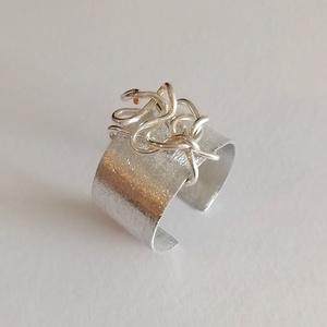 Csiszolt design gyűrű, Ékszer, Gyűrű, Kerek gyűrű, Ékszerkészítés, A kézzel csiszolt gyűrű alumíniumból, kézzel készült. Gyönyörűen csillog a napfényben :) Sokan ezüst..., Meska