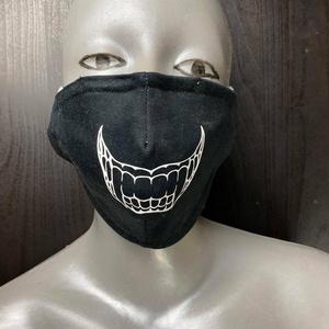 Arcmaszk, Táska, Divat & Szépség, Szépség(ápolás), Maszk, szájmaszk, Varrás, Fekete illetve fehér anyagra nyomott mintás arcformájához igazított 3 rétegű anyagból gumis az orrná..., Meska