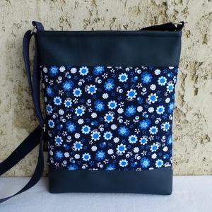 Kék virágos női táska, Táska, Divat & Szépség, Táska, Válltáska, oldaltáska, Tarisznya, Varrás, Kedves kis női táska.\nAlapanyaga apró virágmintás pamutvászon és kék textilbőr. Bélése pamutszövet.\n..., Meska