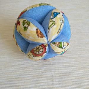 3-6 hónapos babák számára MONTESSORI KÉSZSÉGFEJLESZTŐ MARKOLÓ LABDA, Játék & Gyerek, 3 éves kor alattiaknak, Babalabda, Varrás, Mozgásra ösztönzi a csecsemőt ez a 12 elemből álló textil labda. Kicsi kezével meg tudja fogni. Alko..., Meska