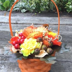 Őszi kosárka, Csokor & Virágdísz, Dekoráció, Otthon & Lakás, Virágkötés, Háncskosárka élénk színű őszi díszekkel, bogyókkal, virágokkal, levelekkel.\nJól mutat asztalon, komó..., Meska