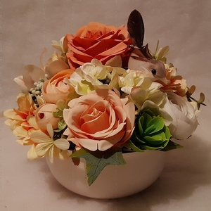 Asztali dekoráció fehér kerámia kaspóba, Otthon & Lakás, Dekoráció, Asztaldísz, Minőségi selyemvirágból készült dekoráció sárga árnyalatában és madárral.   Kaspó mérete: Átmérő: 15..., Meska