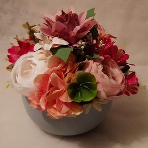 Asztaldisz szürke kaspóba, Otthon & Lakás, Dekoráció, Asztaldísz, Minőségi selyemvirágból készült dekoráció ciklámen árnyalatában.  Kaspó mérete: Átmérő: 15 cm, virág..., Meska
