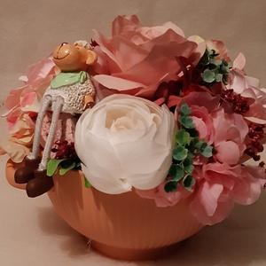 Asztali dekoráció báránnyal, Otthon & Lakás, Dekoráció, Asztaldísz, Minőségi selyemvirágból készült dekoráció rózsaszín árnyalatában. Kaspó mérete: Átmérő: 15 cm, virág..., Meska