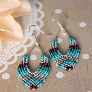 Színes csíkos makramé fülbevaló, Színesedjünk! :)\nEgyszerű, kedves makramé fülbevaló. Pillekönnyű viselet.\nBármilyen színekből el tud..., Meska