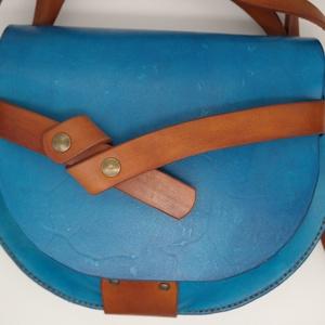 California női táska, Táska, Divat & Szépség, Táska, Válltáska, oldaltáska, Bőrművesség, Női oldaltáska vastag marhabőrből, kézzel festve és varrva.\n\nMérete 25cm x 18cm x 7cm, Meska
