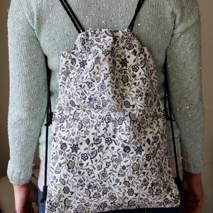 fekete/fehér virág mintás hátizsák, Táska, Táska, Divat & Szépség, Hátizsák, Varrás, Nagyon praktikus és divatos hátizsákot készítettem   Nagyon  mutatós .. Méretei magasság 37   cm szé..., Meska