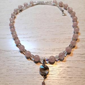 Rózsakvarc nyaklánc, Swarovski Kristály medállal (ásványgyöngy, fáldrágakő nyaklánc), Ékszer, Nyaklánc, Gyöngyös nyaklác, Ékszerkészítés, Gyöngyfűzés, gyöngyhímzés, 8 mm-es Rózsakvarc kövekből, 6 mm-es csiszolt, csillogó gyöngyökből és 2 mm-es csillogó kásagyöngybő..., Meska