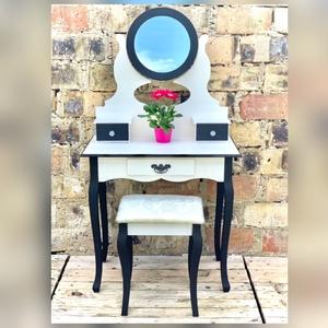 Fésülködő asztal, sminkasztal, Otthon & Lakás, Bútor, Asztal, Festett tárgyak, Eladó egy új, de átfestett fésülködőasztal székkel. \nAz asztal méretei: 74 cm magas, 40 cm mély, 76 ..., Meska